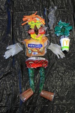 Humain qui tient un arbre